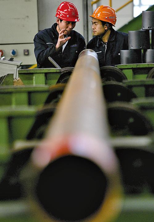 圖為天津鋼管集體公司的工作人員在檢查輸油無縫鋼管。(Getty Images)