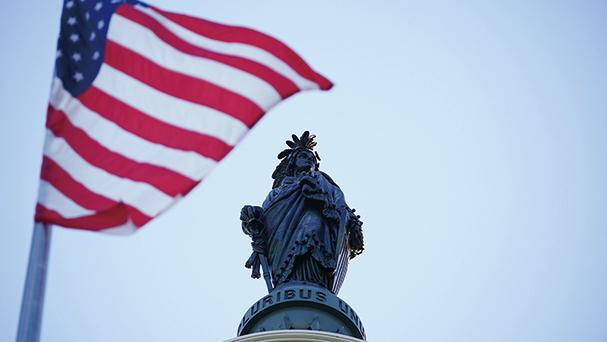 2020年5月13日世界法輪大法日,飄揚在美國國會大樓上空的美國國旗。(York Du/大紀元)