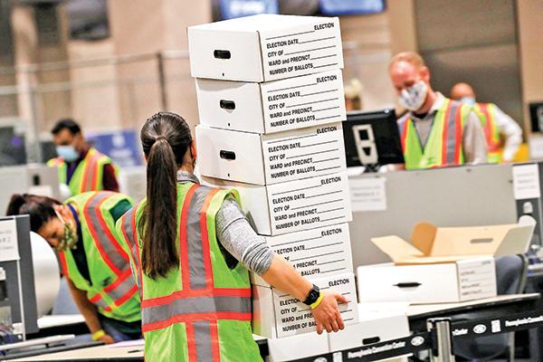 11月4日,賓夕凡尼亞州費城選舉工作人員在進行點票工作。(Getty Images)