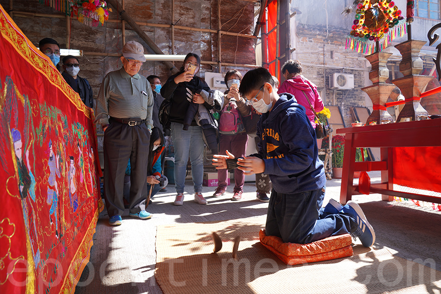 12歲的彭建臻經過多次嘗試,最後成功擲得9個「聖杯」,成為本屆醮會的頭名緣首。(陳仲明/大紀元)