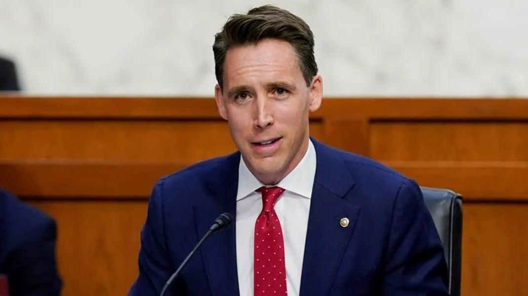 妻女受安提法威脅,霍利表示:我不會被嚇倒。圖為去年10月14日,參議員霍利 (Josh Hawley)在國會山發言。 (圖片來源:Patrick Semansky/AP)