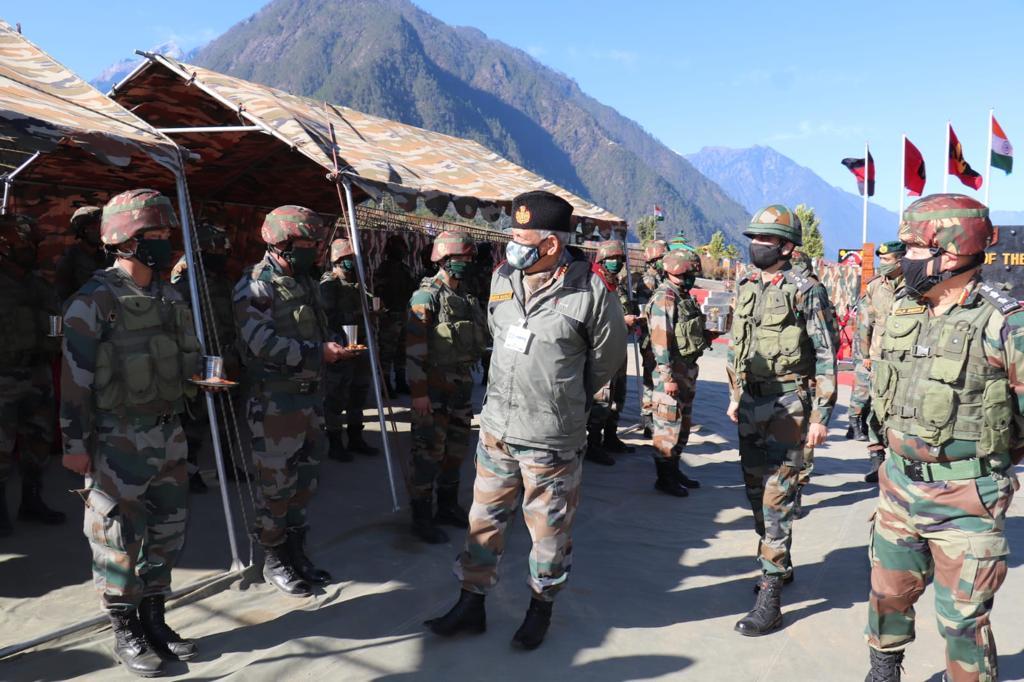印度國防參謀總長拉瓦特1月2日至中印對峙前線探訪。圖為洛希特據點以藏人為主的印度特種邊防部隊。(@adgpi)