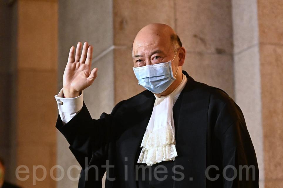 香港終審法院首席法官馬道立,6日下午出席退休前法庭儀式並致辭。圖為馬道立步出法院。(宋碧龍/大紀元)