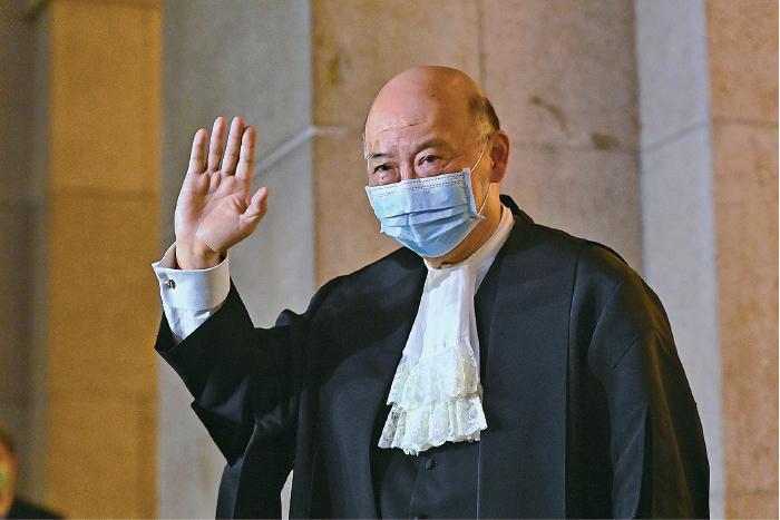 終審法院首席法官馬道立出席退休前法庭儀式後,離開終審法院。(宋碧龍/大紀元)