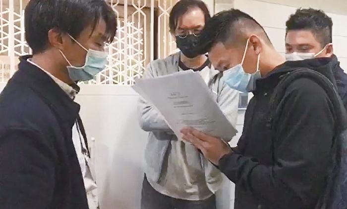 4名警員昨聞到《立場新聞》位於觀塘的辦公室,向總編輯鍾沛權展示法庭文件,稱是「交出文件令」。(立場新聞直播擷圖)