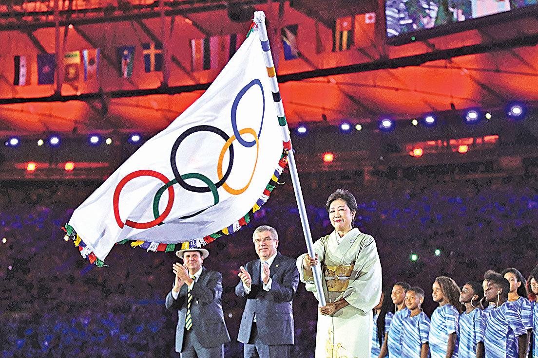 2020年奧運主辦城市日本東京市長(都知事)小池百合子接過奧運會會旗。 並大力揮舞,象徵接棒2020年東京奧運。(Getty Images)