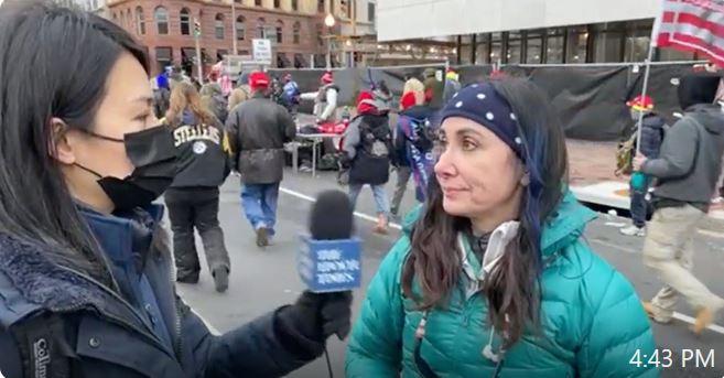 在1月6日的DC,現場一位來自南美洲的受訪者,以親身經歷告誡美國人:選舉一旦被操縱,自由會快速的消失。(視像截圖)