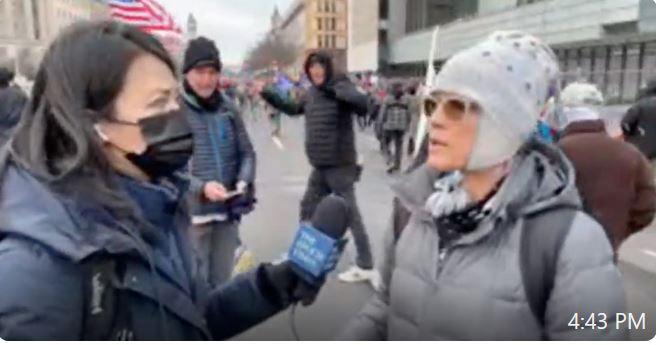 一位美國愛國者說,愛國者們沒有要闖入國會,是警察讓他們進去的。(影片截圖)