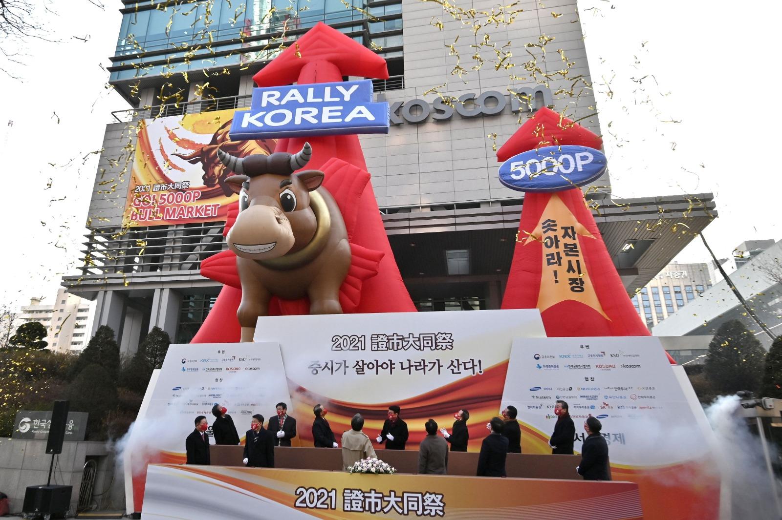 韓股牛氣沖天,圖為1月4日當地慶祝今年股市首個交易日,7日Kospi指數收市破三千點大關。(JUNG YEON-JE/AFP via Getty Images)