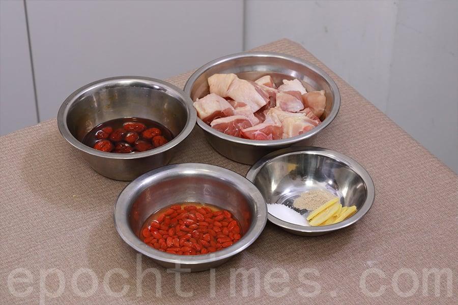 「紅棗枸杞雞湯」材料。(陳仲明/大紀元)