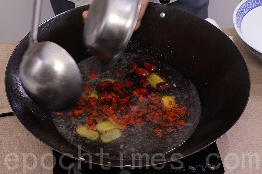 在鑊中加入半碗水,加入紅棗、杞子、鹽、胡椒等。(陳仲明/大紀元)