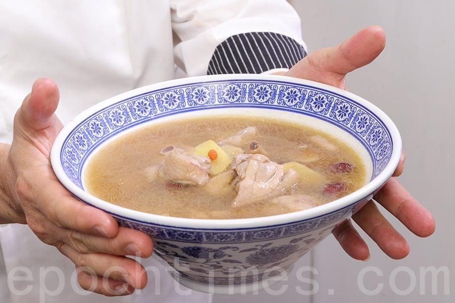 雞湯盛碗,可以享用。(陳仲明/大紀元)
