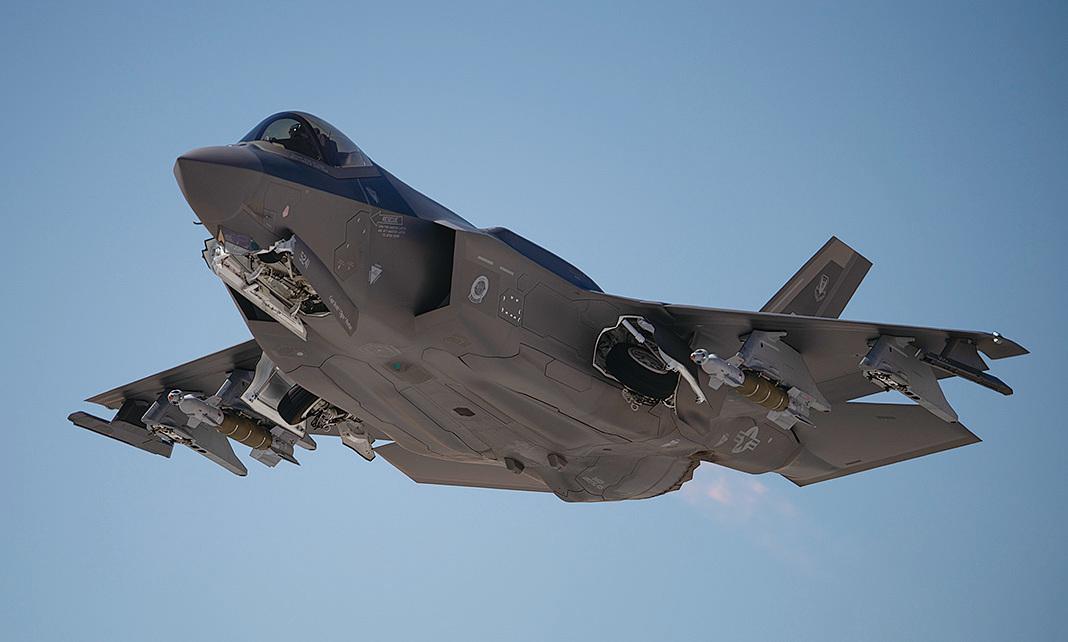 2020年5月21日,F-35閃電II戰機外掛GBU-49炸彈,從內華達州內利斯空軍基地起飛。 (美國空軍)
