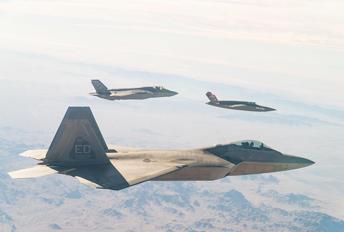 2020年12月9日,美國空軍的F-22和F-35戰機與XQ-58A Valkyrie低成本無人機在美國陸軍尤馬試驗場上空飛行。(美國空軍)