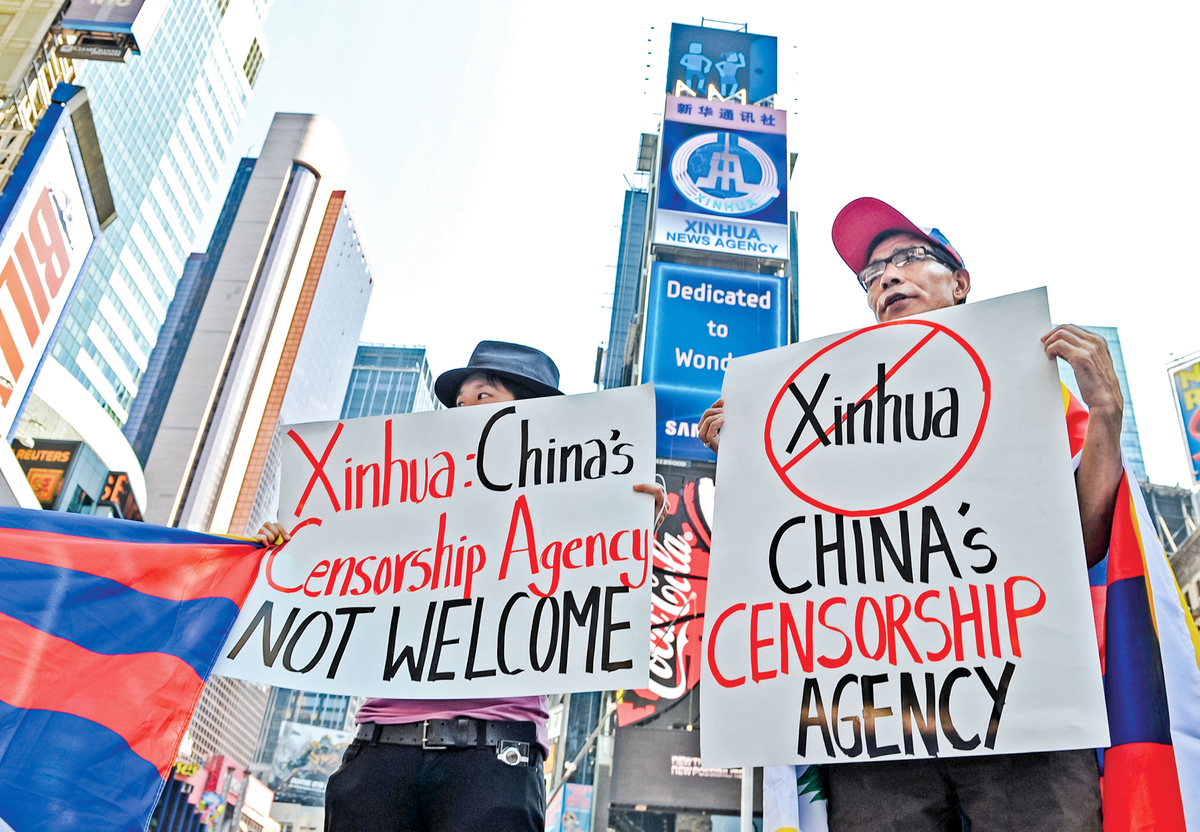 從十幾年前開始,中共每年投入百億美元,向美國的意識形態領域進攻和滲透。圖為2011年新華社花巨資在紐約時代廣場登出大幅廣告,有西藏裔人士對此抗議。(Getty Images)