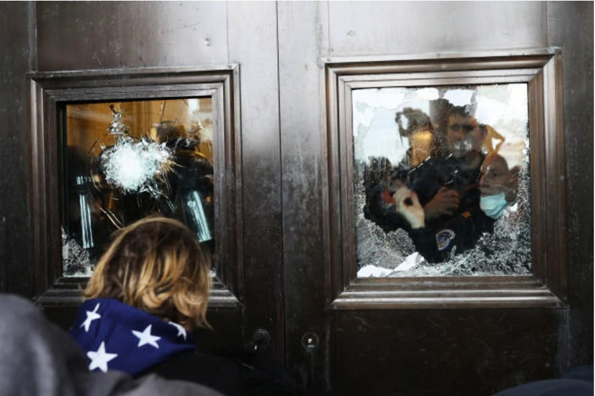 1月6日,一些「拯救美國」集會活動的民眾闖入國會大廈引發暴亂,釀成4人死亡、52人被捕。圖為美國國會大廈內遭破損的門窗。(Tasos Katopodis/Getty Images)