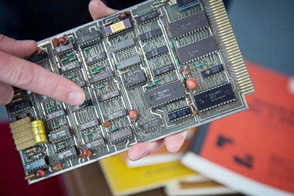 受到美國制裁後,中國晶片供應緊張,中國半導體企業紛紛調漲產品價格。圖說:晶片示意圖。(GUILLAUME SOUVANT/AFP/Getty Images)
