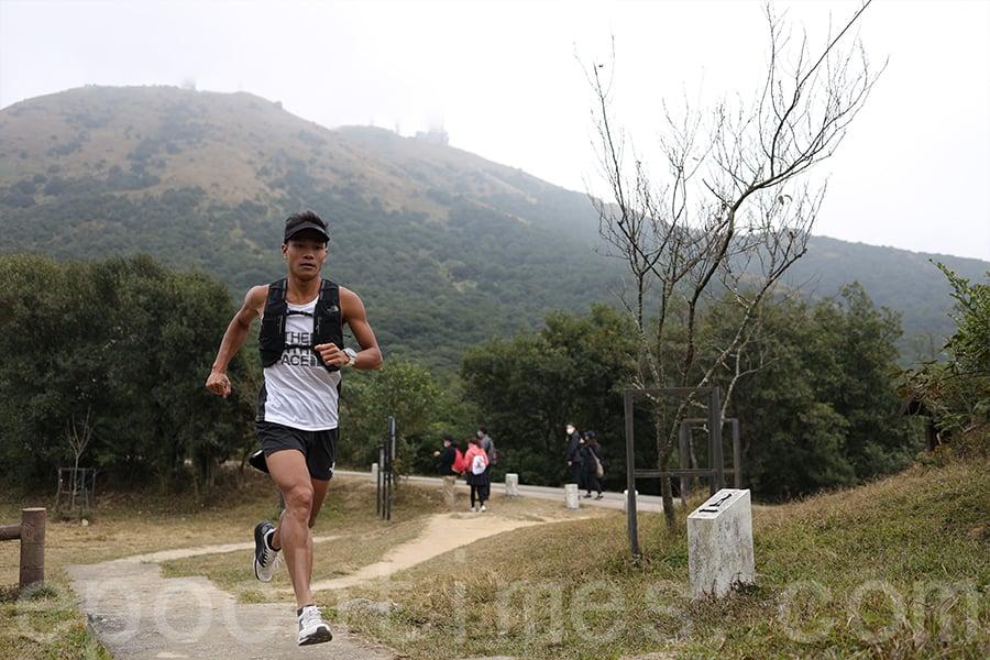 疫情之下,各種大型賽事取消,但越野跑好手黃浩聰仍不斷在跑道上前行,挑戰不同線路。(陳仲明/大紀元)
