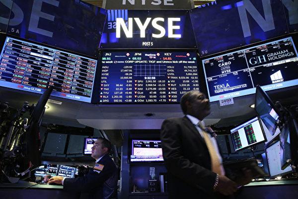 2021年1月7日,美國證券場外交易平台營運商OTC Market決定中止12家中概股的交易,紐交所也決定繼續讓中國移動、中國電信和中國聯通香港有限公司這三大中國電信公司退市。圖為:美國紐交所一景。(Spencer Platt/Getty Images)
