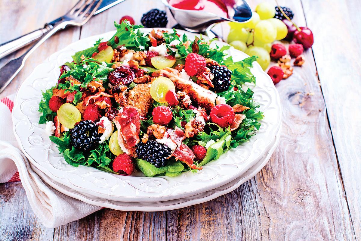 漿果、堅果和乾酪混合成生菜沙律,營養又可口。