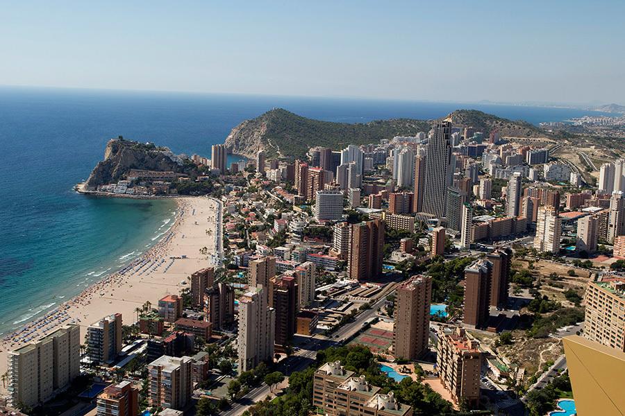根據聯合國世界旅遊組織,西班牙是世界第三熱門的旅遊目的地。圖為西班牙貝尼多姆海濱擁有白色海岸美景。(JOSE JORDAN/AFP)