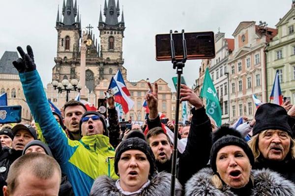 2020年1月10日,布拉格,在抗議政府措施的活動中,手持捷克國旗的人們高唱捷克國歌。(MICHAL CIZEK/AFP via Getty Images)