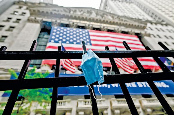 圖為紐約證券交易所,疫情當前,柵欄上懸掛個防疫口罩。(Getty Images)