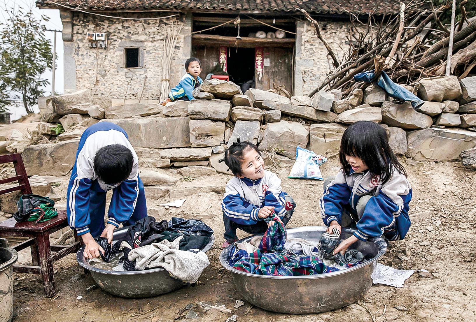 學者認為,僅僅下調最低刑事責任年齡對預防青少年犯罪還遠遠不夠。專家估計,中國留守兒童已達6000多萬人,這是一個很大的社會問題。圖為貴州安順農村一戶四個留守兒童。(Getty Images)