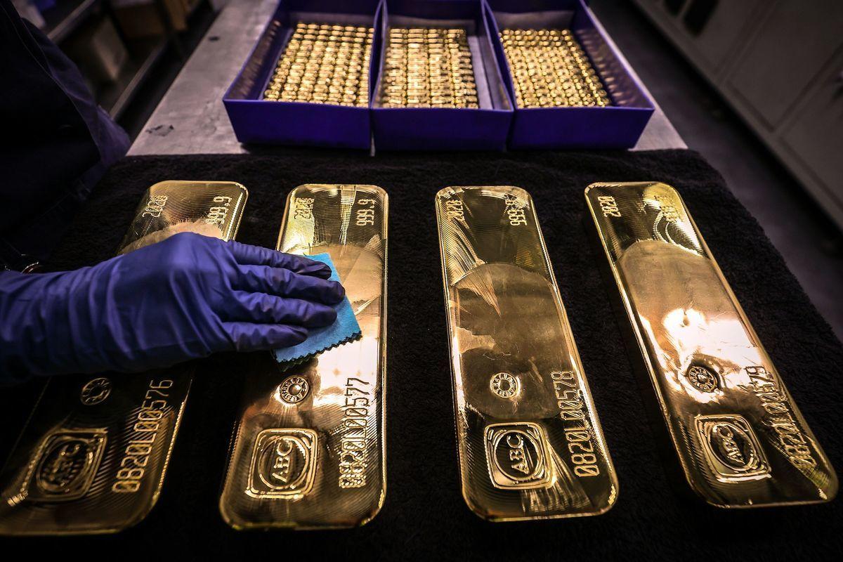於俄羅斯儲備的5,830億美元之中,黃金比重佔23%,首次超過美元資產。(DAVID GRAY/AFP via Getty Images)