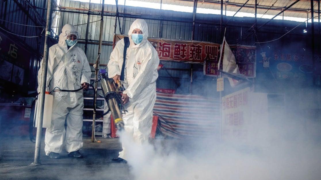 圖為黑龍江綏芬河防疫人員在消毒場所。(STR/AFP via Getty Images)
