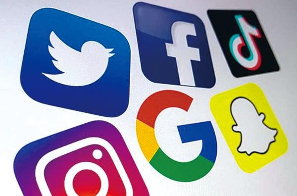 美國各大跨國互聯網技術和服務公司的標誌,包括谷歌、推特、面書、Instragram和Snapchat。(DENIS CHARLET/AFP via Getty Images)