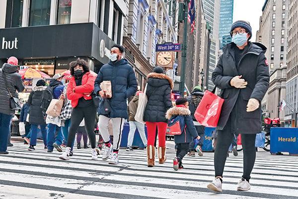 1月8日,紐約市街頭的購物者。(Getty Images)
