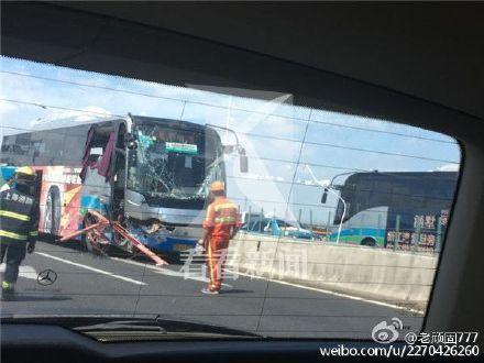 大巴士車前頭部份嚴重損毀,車上2名女乘客飛出車外,當場身亡。(網絡圖片)