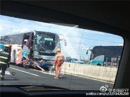 滬載30人巴士撞高架橋 2女從車內彈出身亡