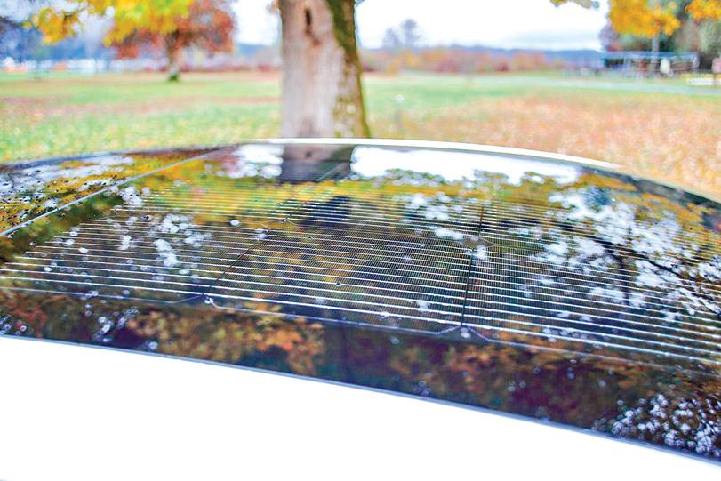 車頂上的「太陽能充電板」