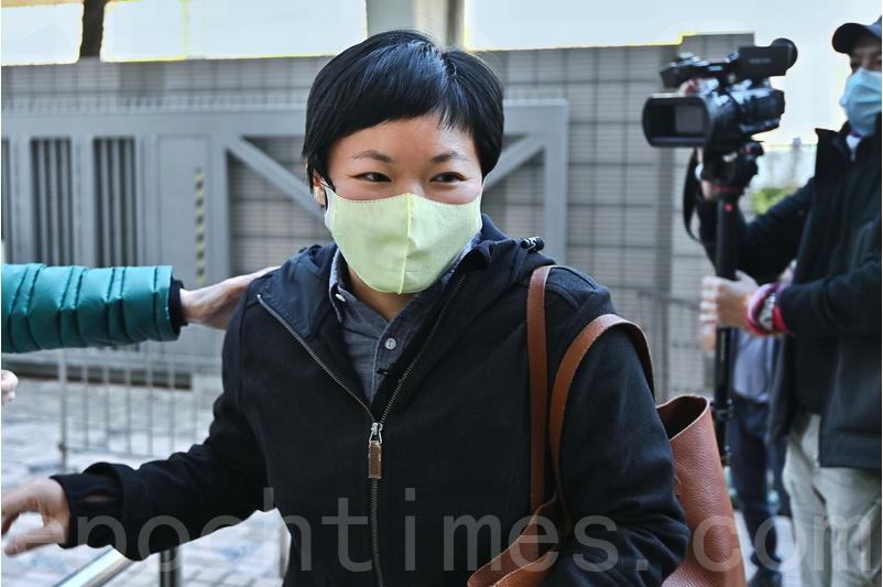 蔡玉玲與港台同事一起離開法院。(宋碧龍/大紀元)