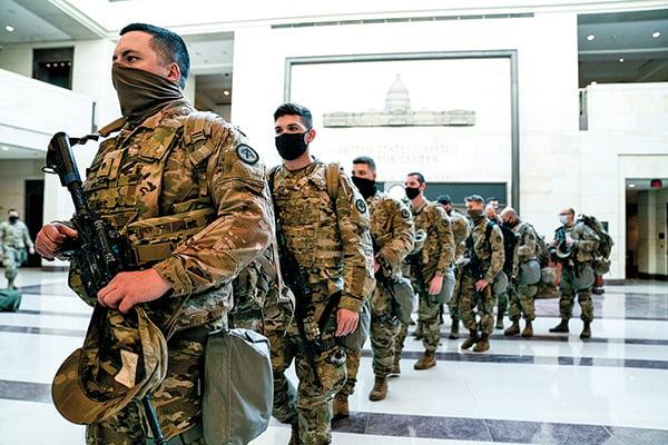 目前國會因為上星期的襲擊事件而氣氛緊張。圖為1月13日在國會內巡邏的國民警衛隊。不少參議員認為目前階段應該冷靜。(Getty Images)