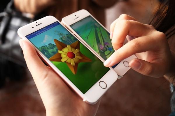 因為Pokémon Go風靡全球,很多人都熱衷於擴增實境,甚至連走路時都在玩遊戲。(Brendon Thorne/Getty Images)