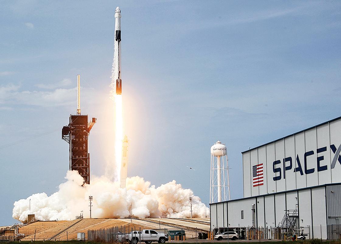 2020 年 5 月 30 日 下 午,SpaceX 的 龍 飛 船 升 空。(Joe Raedle/GettyImages)