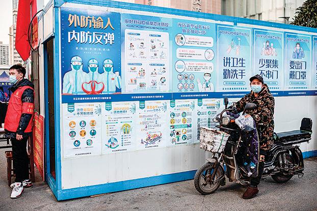 1月13日,武漢街頭的防疫宣傳畫。(AFP)