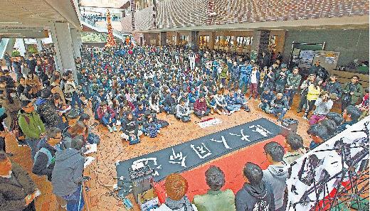 1月20日,港大學生啟動罷課一星期,抗議特首梁振英任命李國章為校委會主席,促廢除特首校監必然制,超過300名學生參與集會。(潘在殊/大紀元)