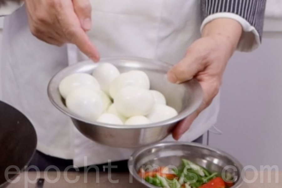 煮熟13隻雞蛋,去殼。(陳仲明/大紀元)