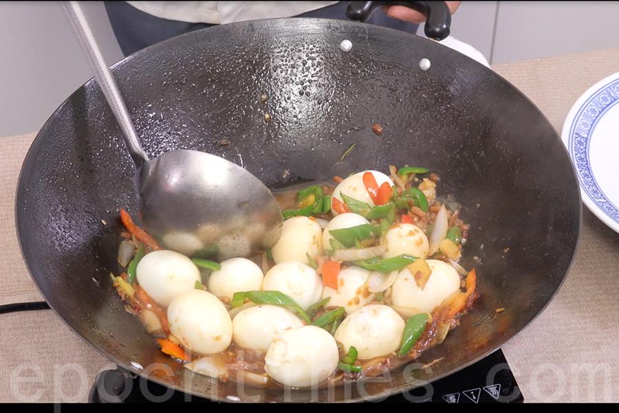 最後在醬汁中加入雞蛋,燜熱。(陳仲明/大紀元)