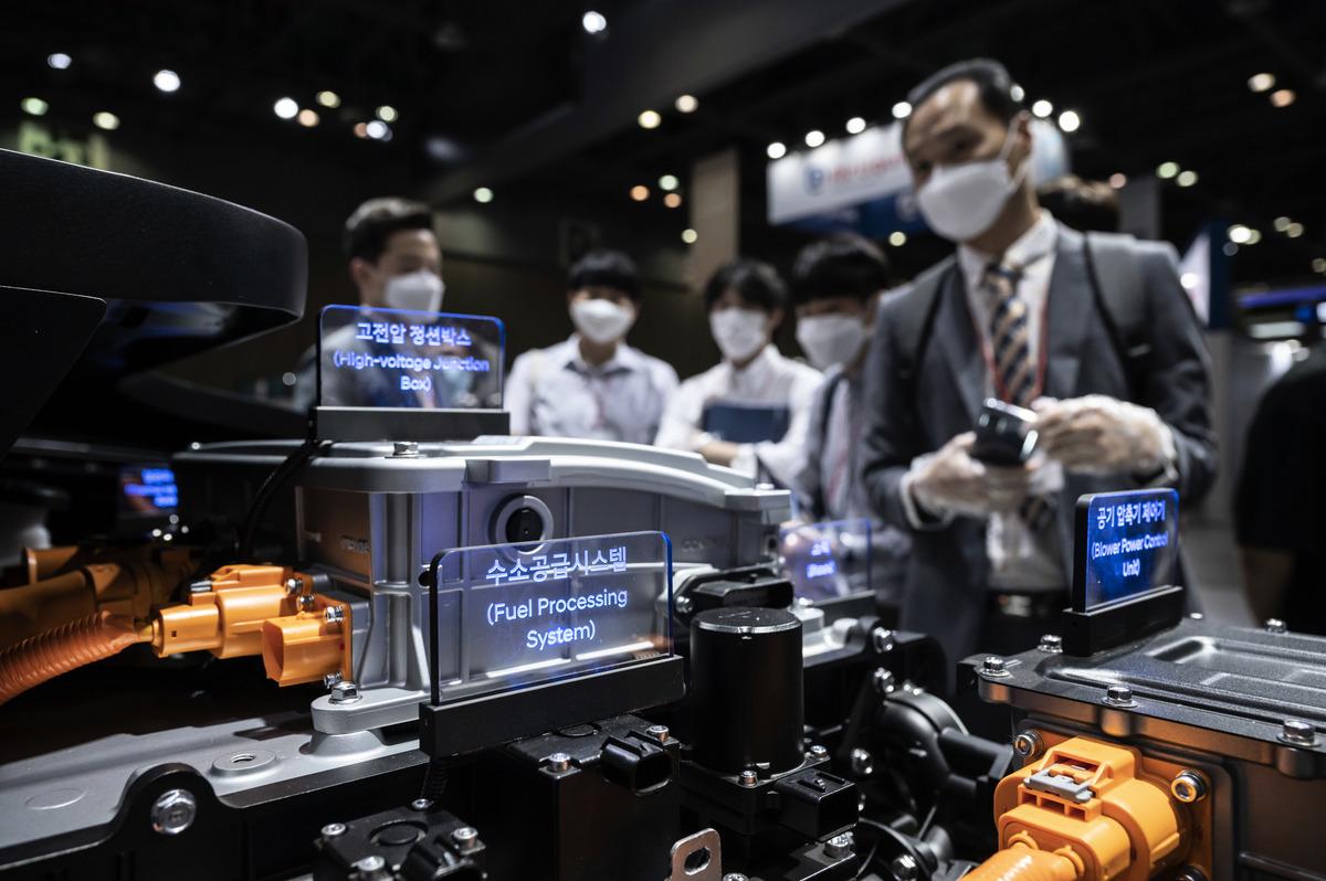 電動車勢成贏家,南韓現代汽車集團正積極轉型開發電能、氫燃料電池車。圖為該公司於展覽中介紹其氫燃料電池車。(ED JONES/AFP via Getty Images)