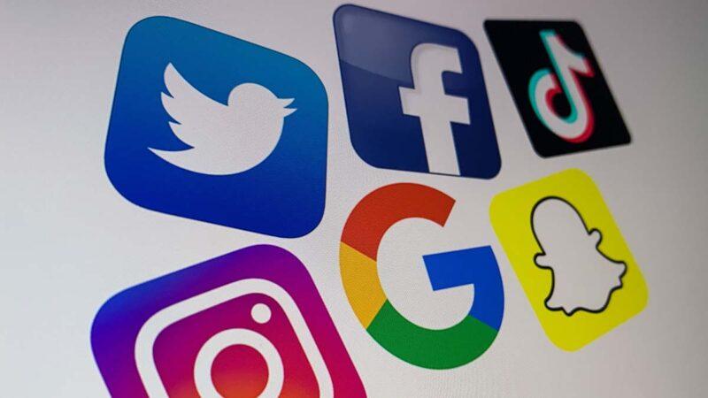 Gab行政總裁托巴將特朗普總統推特所有推文,完整恢復到他Gab帳號。推特面書市值兩天蒸發512億美金,股價仍在持續摔跌。圖為推特、面書、谷歌、Instragram 、Snapchat等公司標誌。(DENIS CHARLET/AFP via Getty Images)