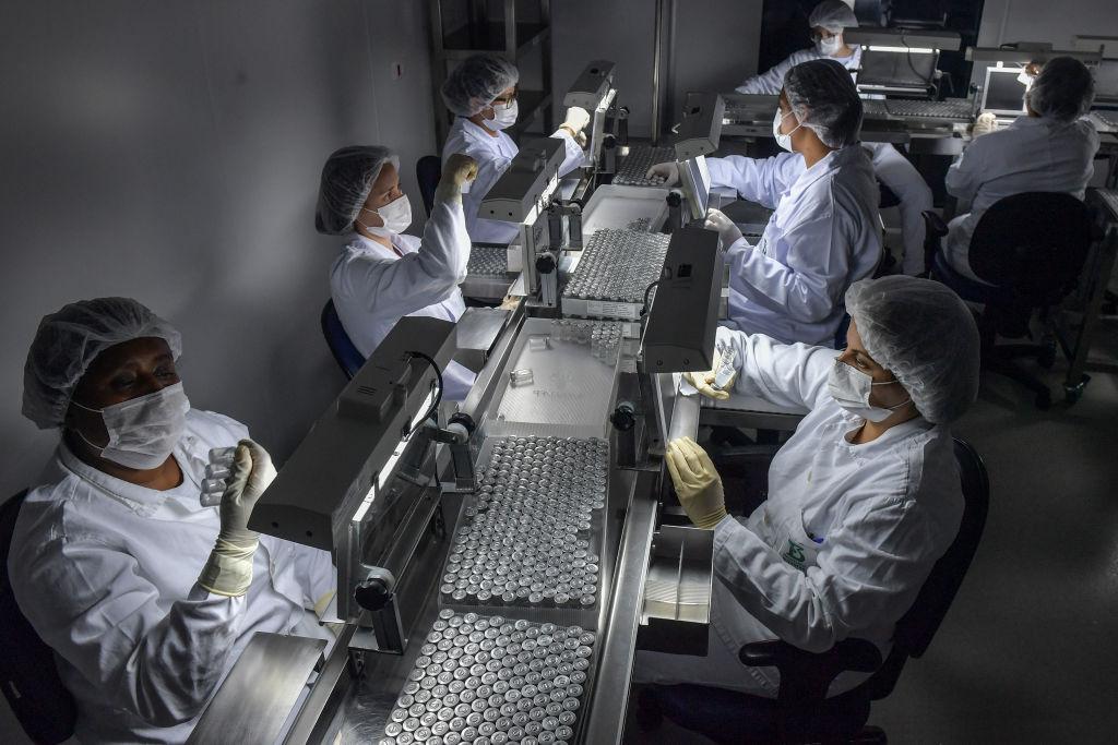 2021年1月14日,巴西布坦坦研究所的中共病毒疫苗CoronaVac生產線。(NELSON ALMEIDA/AFP via Getty Images)