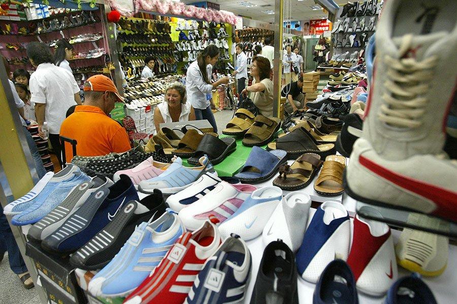 美國貿易代表辦公室公佈出售仿冒和盜版商品的「惡名市場」名單,多家中國在線市場和實體市場上榜。圖為北京秀水街的仿冒鞋。(FREDERIC J. BROWN/AFP/Getty Images)