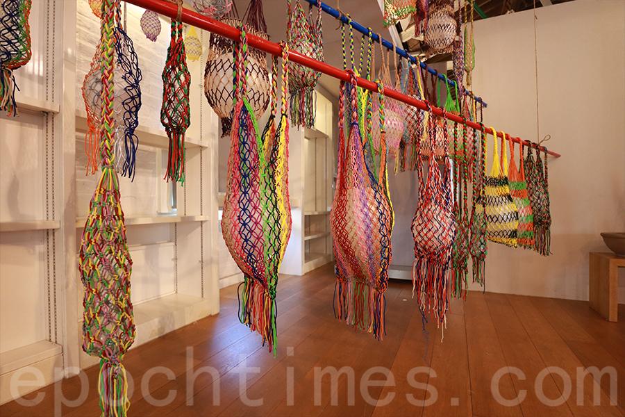 以繩網編織成的海洋生物,書寫著漁民的生活趣事。(陳仲明/大紀元)