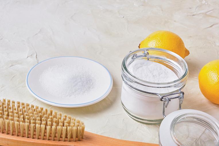 將檸檬酸與蘇打粉混合,滴入精油,可製成「馬桶炸彈」。(Shutterstock)
