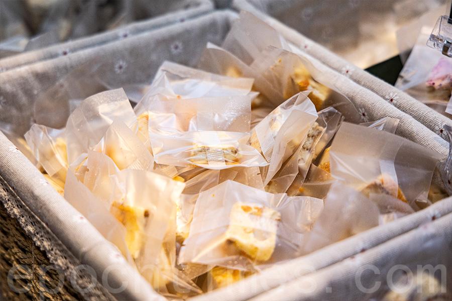本地小店NEBU自家製傳統手工雪花酥。(陳仲明/大紀元)